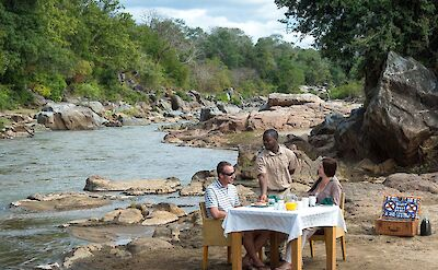 Breakfast overlooking the Shire River at Mkulumadzi ©TO