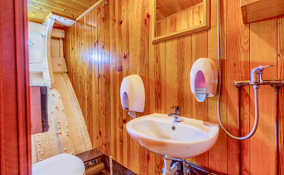 Cabin Bathroom - Linda | Bike & Boat Tours