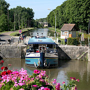 Going through a lock - Fleur | Bike & Boat Tours