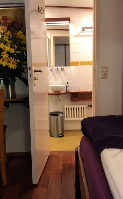 Bathroom in a luxury double cabin | Zwaan | Bike & Boat Tours
