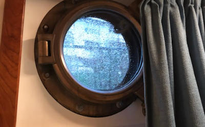 Porthole in the cabin that can be opened | Zwaan | Bike & Boat Tours