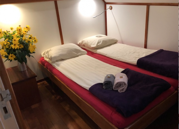 Twin bed cabin with the beds pushed together | Zwaan | Bike & Boat Tours