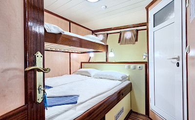Triple Cabin - Romantica | Bike & Boat Tours