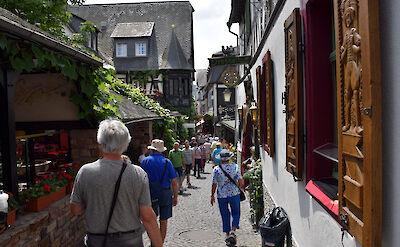 Drosselgasse (pedestrian street lined with wine taverns) in Rüdesheim, Germany. Flickr:Janos Korom Dr.
