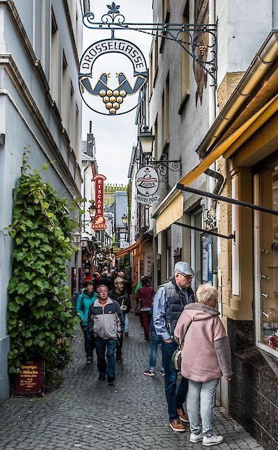 Drosselgasse (pedestrian street lined with wine taverns) in Rüdesheim, Germany. Flickr:Gary Bembridge