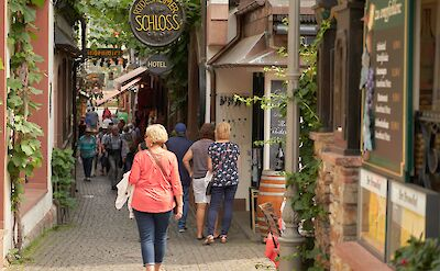 Drosselgasse (pedestrian street lined with wine taverns) in Rüdesheim, Germany. Flickr:Duane Huff