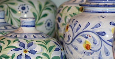 Portuguese porcelain pottery for sale in Algarve, Portugal. Photo via Wikimedia Commons:Juliet Swift