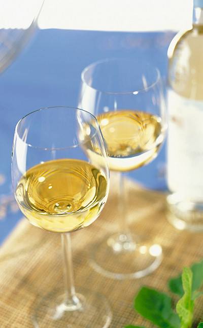 White wine to savor in Les Baux de Provence, France. Flickr:vinhosdeprovence