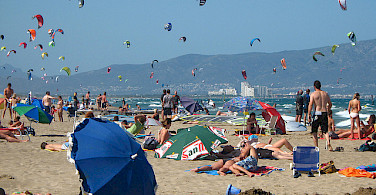 Kites flying in Sant Pere Pescador, Spain. Photo via Flickr:Hector Garcia