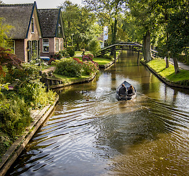 Great biking around Giethoorn, Overijssel, the Netherlands. Photo via Flickr:PhotoBobil