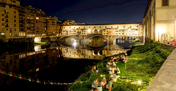 Ponte Vecchio aglow in Florence, Tuscany, Italy. Flickr:ビッグアップジャパン