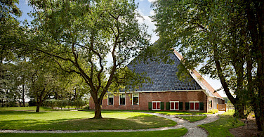 Traditional farm in IJlst, Friesland, the Netherlands. Photo via Flickr:Branchevereniging Nederlandse Architectenbureau