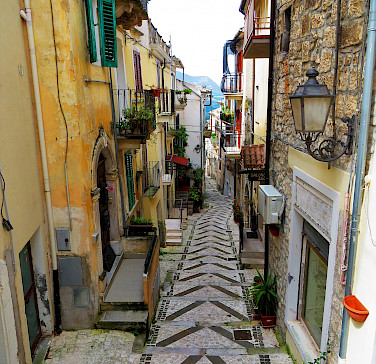 Narrow alleyways in Caramanico Terme, Abruzzo, Italy. Photo via Flickr:Gianfranco Vitolo