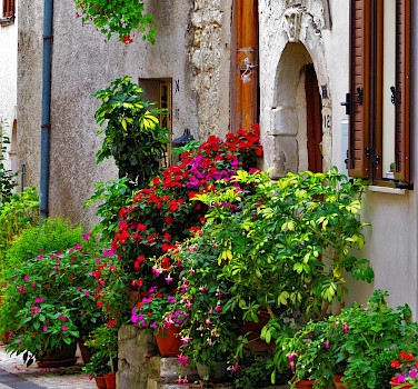 Colorful alleyways in Caramanico Terme, Abruzzo, Italy. Photo via Flickr:Gianfranco Vitolo