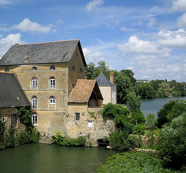 House literally on the river in Anjou. Photo via Flickr:mark.bold