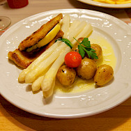 Schnitzel mit Spargel in Trier, Germany. Flickr:Miguel Discart