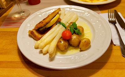 Schnitzel mit spargel in Trier, Germany. Flickr:Miguel Discart