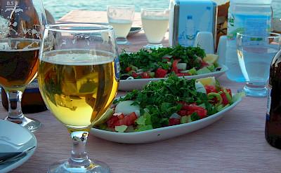 <i>Çoban salata yanında bira</i> in Turkey. CC:Atacameño