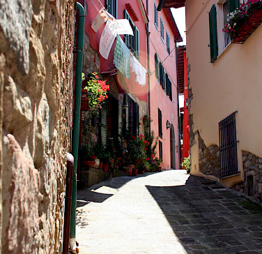 Cobbled alley in Montecatini Terme, Tuscany, Italy. Photo via Flickr:Graeme Maclean