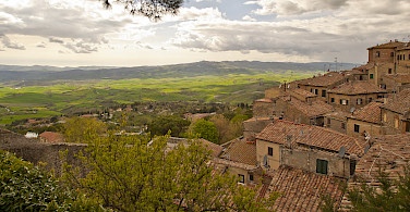 Volterra overlooking the Tuscan countryside. Photo via Flickr:Daniel Enchev