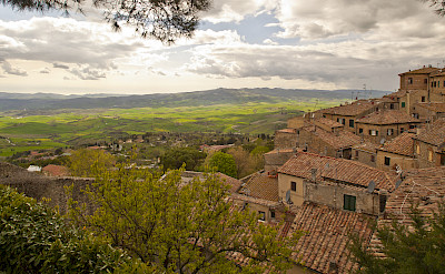 Volterra overlooking the Tuscan countryside. Flickr:Daniel Enchev