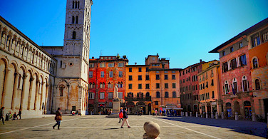 Bike rest in Lucca for some Chianti. Tuscany, Italy. Photo via Flickr:Stefan Jurca