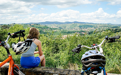 Enjoying the view on the Tuscany - Pisa & Florence Bike Tour. ©Photo via TO