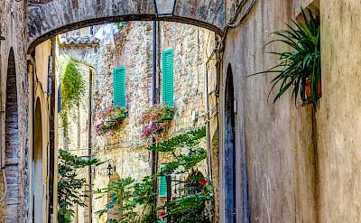 Alleyway in Umbria, Italy. Flickr:Steven dosRemedios