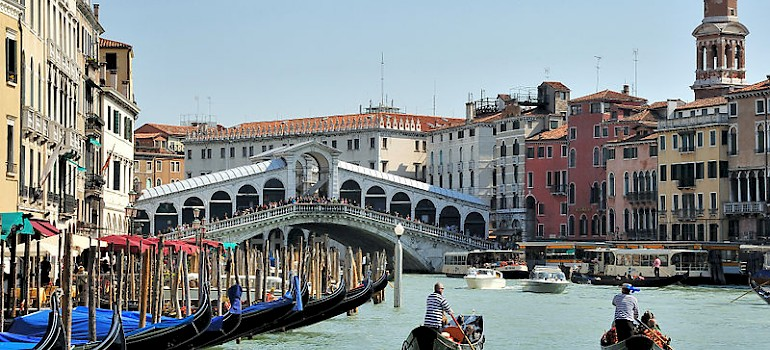 See the Rialto Bridge on your bike tour in Venice! Photo via Wikimedia Commons:saffronblaze