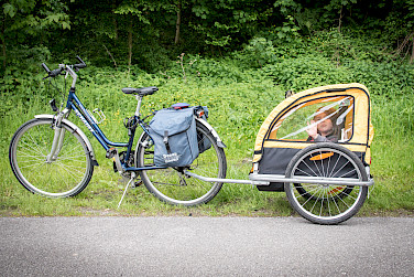 Kids pull behind bike trailer