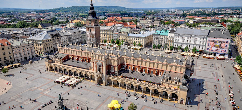 Main Market Square and Renaissance Sukiennice in Krakow, Poland. Flickr:Jorge Lascar