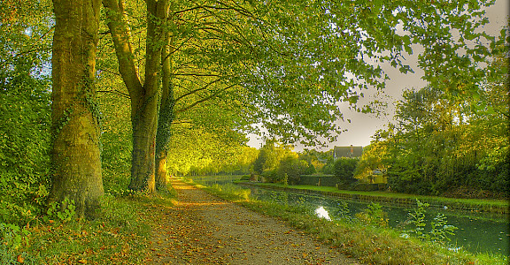 Cycle in France along the Canal du Loing, Nemours - photo via Flickr:@lain G