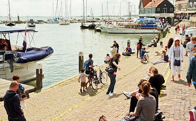 Relaxing by the waters of the Markermeer in Volendam. Photo via Flickr:Esteban Luis Cabrerasan