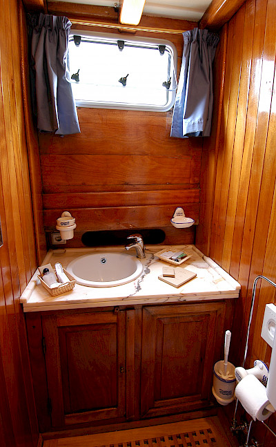 Private Bathroom in each Cabin | Maria Giovanna | Bike & Boat Tours