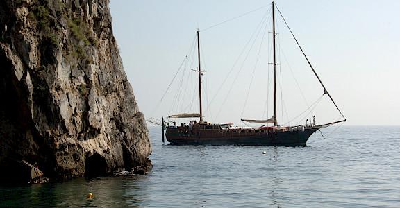 Caique Mariagiovanna sailing the Amalfi Coast - Bike & Boat Tours