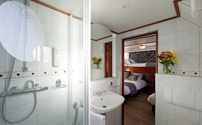 Bathroom twin cabin Magnifique | Bike & Boat Tours