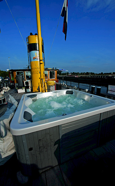 Hot Tub - Magnifique | Bike & Boat Tours