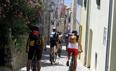 Cycling the narrow streets in Croatia. Photo by Familie Stradbauer
