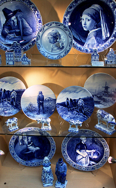 Delft blue for sale. Photo via Flickr:bert knottenbeld