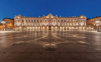 Magnificent 18th century Le Capitole (City Hall) in Toulouse, France. Wikimedia Commons:Ben Hlieusong