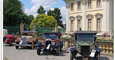 Classic car show at Ludwigsburg Palace, Germany. Photo via Flickr:Jorbasa Fotografie