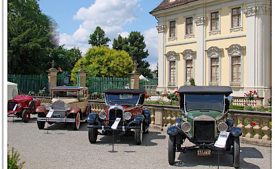 Classic car show at Ludwigsburg Palace, Germany. Photo via Flickr:Jorbasa Fotografie