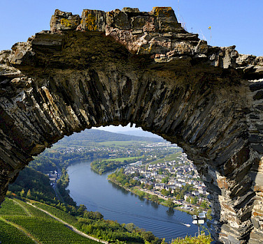View of Bernkastel Kues along the Mosel. Photo via Flickr:johan wieland