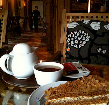 Honey Cake, a traditional Czech dessert, with tea. Photo via Flickr:crystalmartel