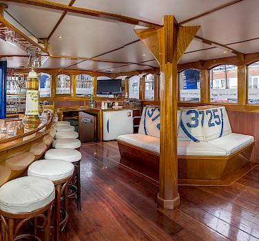 Saloon - Wapen fan Fryslan - Boat & Bike Tours
