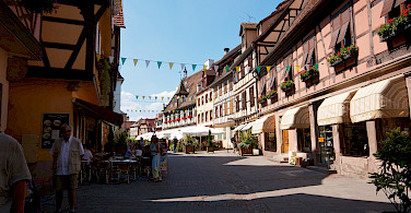 Lunch break in Obernai, Alsace Wine Route, France. Photo via Flickr:Rodrigue Romon