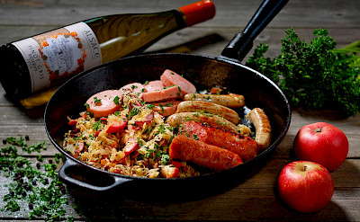 Pinot Gris with sausage and sauerkraut in Turckheim, Alsace, France. Flickr:Nigab Pressbilder