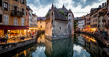 Riverside dining in Annecy, part of the Rhone-Alpes in France. Photo via Flickr:N i c o l a