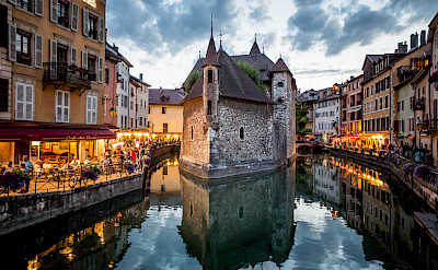 Riverside dining in Annecy, part of the Rhone-Alpes in France. Flickr:N i c o l a