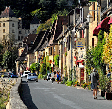 La Roque-Gageac along the Dordogne River. Photo via Wikimedia Commons:Jochen Jahnke